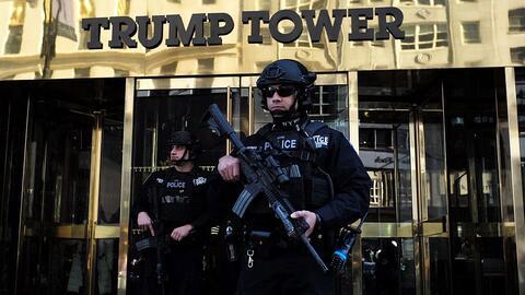 Policía de Nueva York protege la entrada de la Torre Trump, donde...