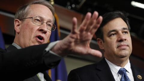 Los representantes republicanos Bob Goodlatte (Virginia) y Raúl Labrador...