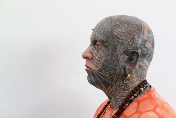 Una vista, a detalle de los tatuajes en el rostro de un joven, durante l...