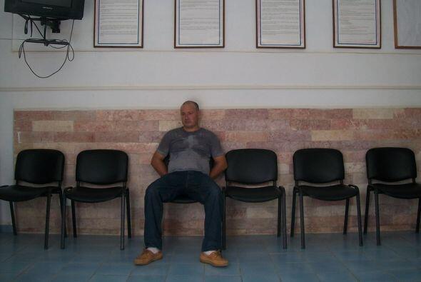 Un opositor pacífico cubano es esposado con las manos detrás por agentes...