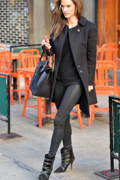 ¡La sexy Alessandra Ambrosio también le entró al abrigo negro esta seman...