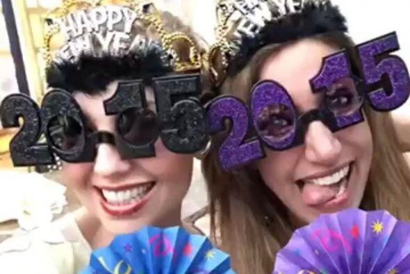 La cantante y la conductora usaron estos divertidos lentes para recibir...