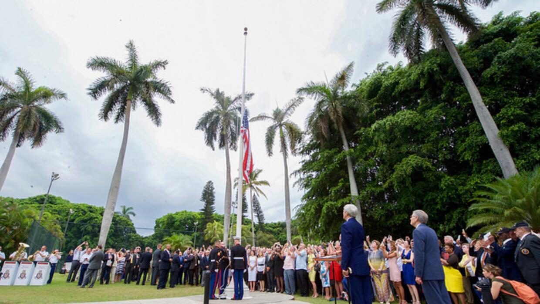 El Secretario de Estado John Kerry iza la bandera en la Habana