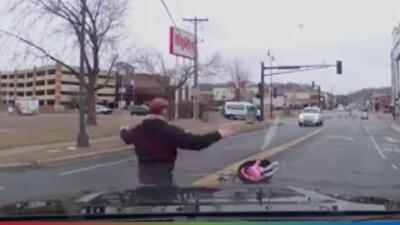 (Video) Impresionante: bebé sale volando de un auto por no estar bien amarrada