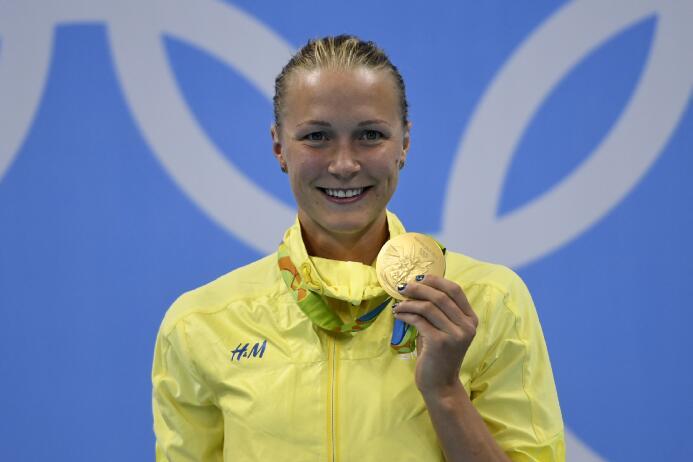 En la final del los 100 metros mariposa, la sueca Sara Sjostrom bate el...