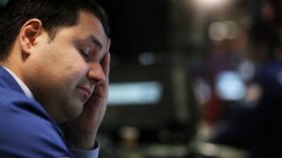 A inicio de su jornada el índice industrial Dow Jones bajaba 413 puntos,...