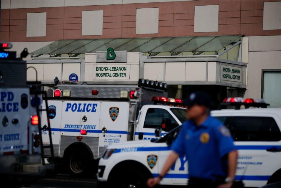 Imágenes mostraron a decenas de personas saliendo del hospital y un fuer...