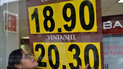 ¿Por qué sigue cayendo el peso frente al dólar y qué hacer ante ello?