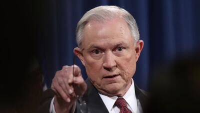 El fiscal general Jeff Sessions le declaró la guerra a las jurisdiccione...