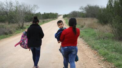 Dos mujeres centroamericanas cruzando la frontera huyendo de la violenci...