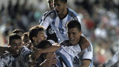 Jarlan Barrera anotó de penal el 1-0 para Colombia a los 50 minutos, mie...