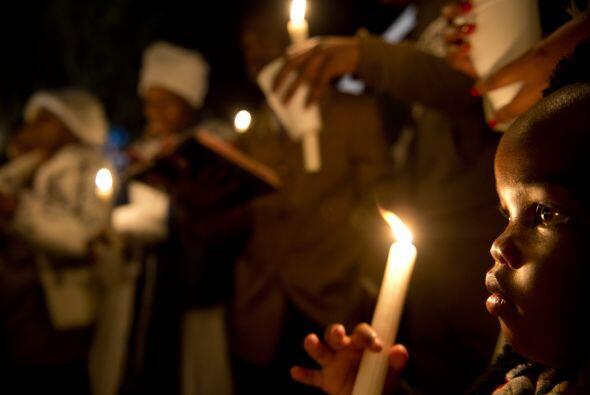 Con flores, velas y fotografías del exmandatario, los sudafricanos acudi...