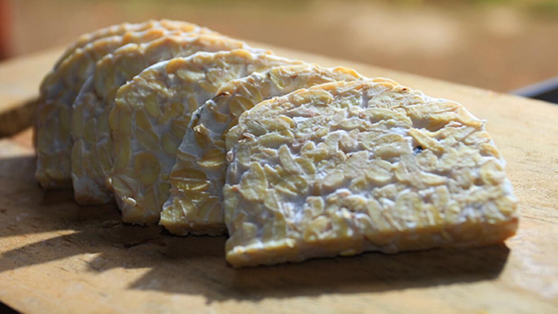 Evite las carnes procesadas cocinando tempeh
