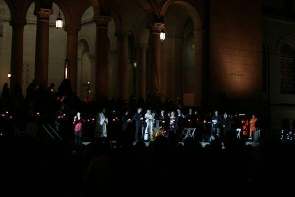 Representantes de varias religiones y oficiales angelinos conmemoraron e...