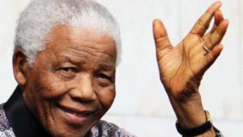 El líder sudafricano Nelson Mandela, quien falleció el jueves por la noc...