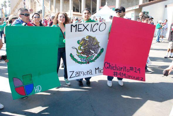 Con una bandera mexicana, la gente apoyaba a Univision, a Michoacán, a '...