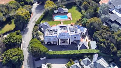 Esta mansión de 5 recámaras y 9 baños en Bel Air qu...