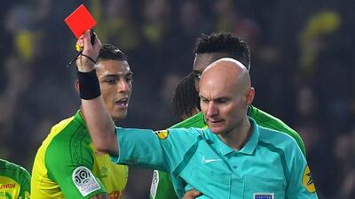 Árbitro francés que dio la patada a un jugador, suspendido hasta nueva orden