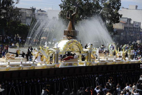En Guatemala los católicos generan multitudes durante las celebraciones...