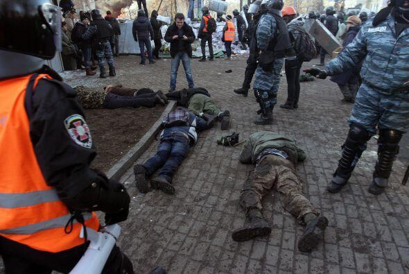 Los enfrentamientos empezaron cuando la policía intentó impedir el paso...