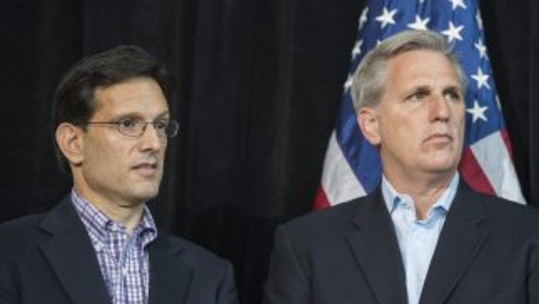 Los congresistas republicanos Kevin McCarthy, tercero en la sucesión de...