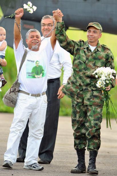 Tras más de 12 años separados, padre e hijo pudieron estrechar sus manos.