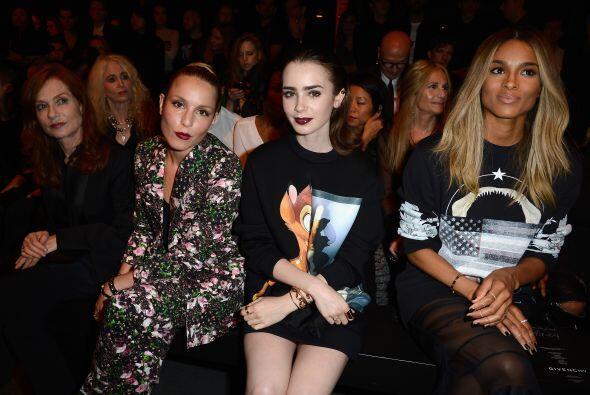 En la primera fila, todos están muy atentos del evento.