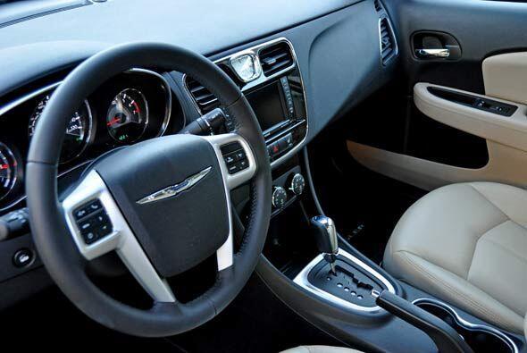 El interior conserva el mismo estilo de diseño del Sebring, pero con un...