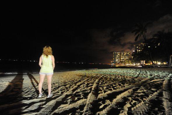 En Hawai comenzaron a golpear olas de gran magnitud que forzaron la movi...