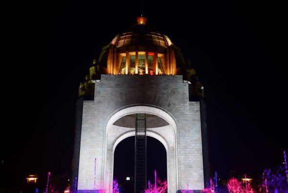 Y en México, diversos edificios y explanadas como el Monumento a...