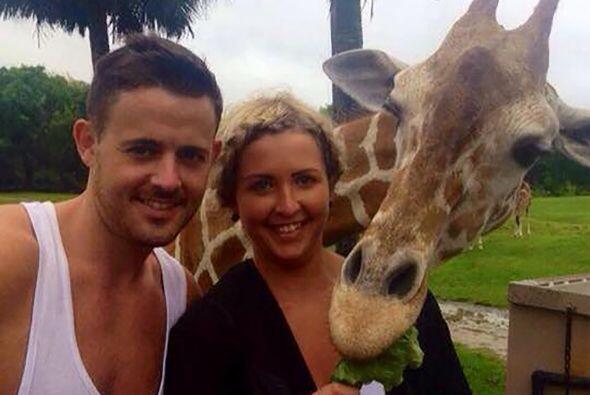 Al animal le pareció divertido hacer un photoboom a Gary King y su novia...