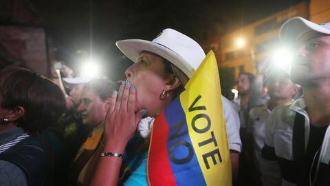 Una partidaria del 'no' celebra el triunfo en Bogotá.