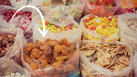 Las gomitas y las frutas cubiertas de chile son parte de la tradici&oacu...