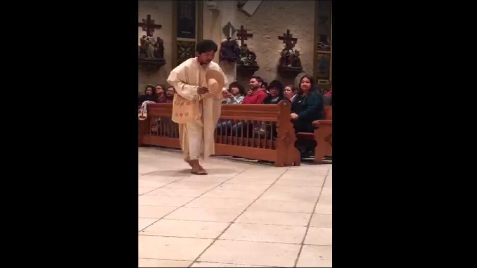 Residentes de San Antonio actúan, bailan y le cantan las mañanitas a la...