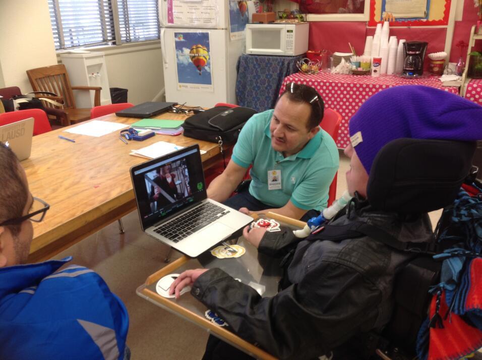 Christopher León maneja el robot VGo desde su computadora