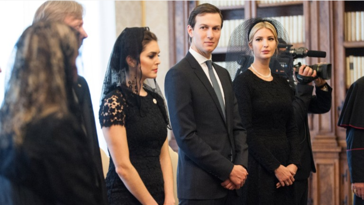 Hope Hicks junto a Jared Kushner e Ivanka Trump durante la audiencia en...