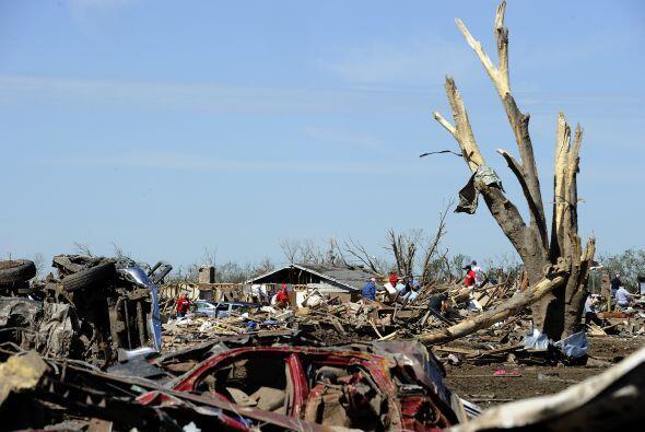 Tras el paso del tornado que causó la muerte a al menos 24 person...