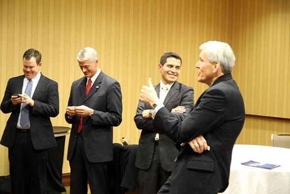 Justo antes del inicio del debate, los panelistas y candidatos se reunie...