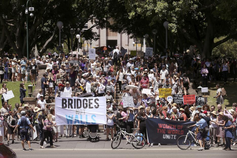 """""""Puentes, no muros"""" piden las mujeres en Hide Park, en Sydney,..."""