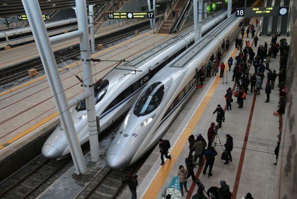 La inauguración de la línea de 2.298 kilómetros (1....