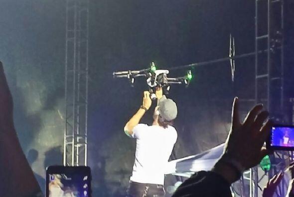 El cantante se hirió los dedos con uno de los drones utilizados para gra...