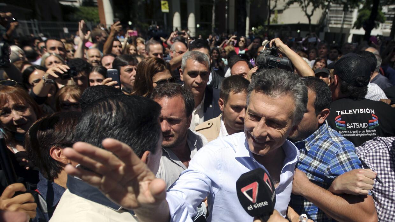 Tras votar, Macri dijo que pasará la jornada electoral jugando al fútbol.
