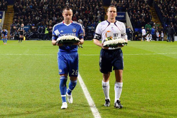 Ambos equipos rindieron tributo a Nat Lofthouse, que jugó por 14 años co...