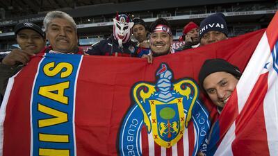 Cientos de fanáticos de Chivas pusieron la alegría en el frío de New Jersey
