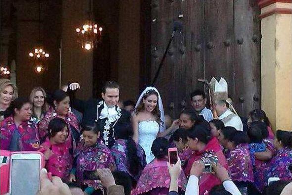 Una boda mexicana y pintoresca, rodeados de amigos estuvieron los Velasco.