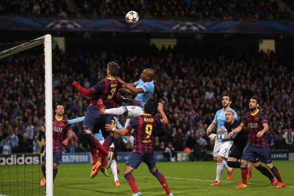 El partido comenzó muy parejo, el Barcelona tenía el balón, pero el Manc...