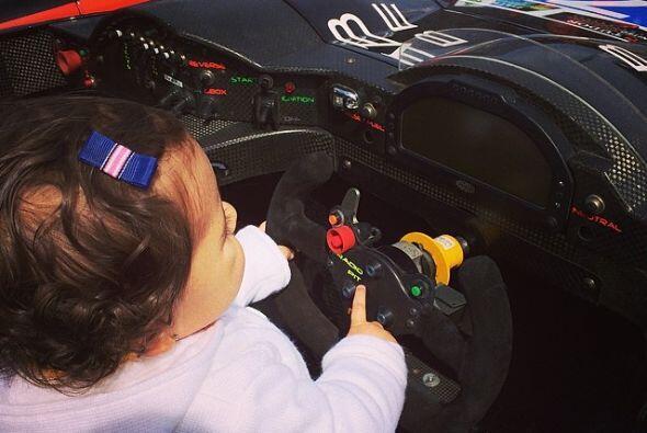 Mini Jacky en el auto de carreras de su papi.