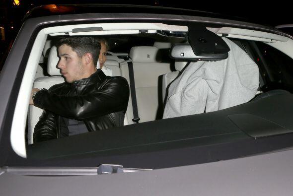 Nick se sentó en el asiento del copiloto y juntos, se fueron los tres.