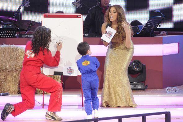 El público y Gali también les ayudaban a los pequeñitos para que termina...