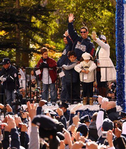 Aplausos para estrellasUn efusivo desfile inundó las calles de la ciudad...
